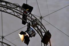 Yrkesmässig belysningsutrustning nära tak av teateretappen Royaltyfri Bild