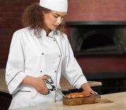 Yrkesmässig biff för kockklipphöna med sax Arkivfoto