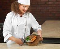 Yrkesmässig biff för kockklipphöna med sax Arkivfoton