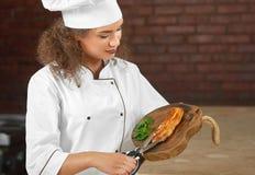 Yrkesmässig biff för kockklipphöna med sax Royaltyfri Bild