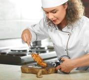 Yrkesmässig biff för kockklipphöna med sax Royaltyfri Fotografi