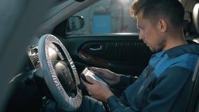 Yrkesmässig bilmekaniker som arbetar i modern service för auto reparation och kontrollerar motorn lager videofilmer