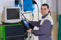 Yrkesmässig bilmekaniker som arbetar i service för auto reparation Royaltyfria Bilder