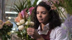Yrkesmässig blomsterhandlare som skapar buketten av blommor arkivfilmer