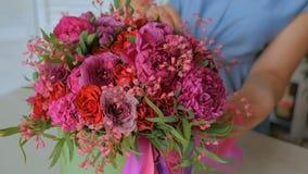 Yrkesmässig blomsterhandlarevisningbukett på studion lager videofilmer