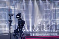 Yrkesmässig digital videokamera, tvkamera i en konserthall Royaltyfria Foton