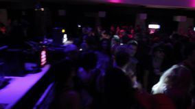 Yrkesmässig discjockey som utför på nattklubben, offentlig dans till musik stock video