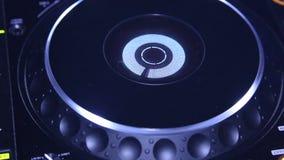 Yrkesmässig discjockeyblandarekonsol på partiet i nattklubb arkivfilmer