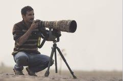 Yrkesmässig djurlivfotograf i våtmark royaltyfri fotografi