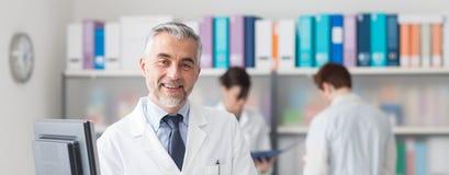 Yrkesmässig doktor i kontoret Arkivbild