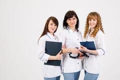 Yrkesm?ssig doktor som arbetar i sjukhuskontor med sjuksk?terskor Medicinskt begrepp f?r service f?r teknologiforskningsinstitut- royaltyfri bild