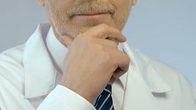 Yrkesmässig doktor som grubblar över diagnosen, medicinsk forskning, nära övre för framsida arkivfilmer