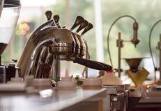 Yrkesmässig espressopress i en modern coffee shop Royaltyfria Bilder