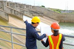 Yrkesmässig för Manager för konstruktionskvinnatekniker säkerhet kläder royaltyfri bild