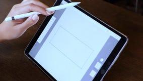 Yrkesmässig formgivare för ung asiatisk kvinna som använder den grafiska minnestavlan stock video