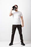 Yrkesmässig fotograf i digital kamera för t-skjorta bruk med lon Royaltyfria Foton