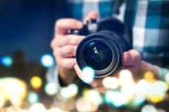 Yrkesmässig fotograf med kameran Man som tar foto arkivfoto