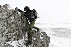 Yrkesmässig fotograf som är utomhus- i vinter Arkivfoton
