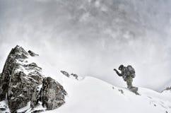 Yrkesmässig fotograf som är utomhus- i vinter Arkivbilder
