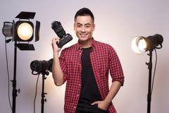 Yrkesmässig fotograf Stående av den säkra unga mannen i sh Royaltyfria Foton