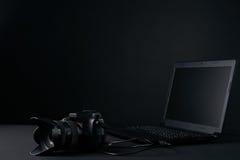 Yrkesmässig fotografikamera, modern bärbar dator Royaltyfri Fotografi