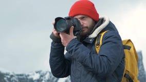 Yrkesmässig fotografman som tar fotografiet av dalen med den bärande ryggsäcken för DSLR som fotograferar sceniskt landskap arkivfilmer