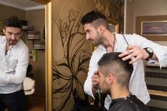 Yrkesmässig frisörWith Short Hair modell Royaltyfria Foton