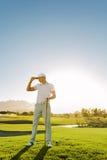 Yrkesmässig golfare på golfbana Royaltyfria Bilder