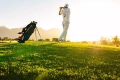 Yrkesmässig golfare som tar skottet på golfbana Royaltyfri Foto