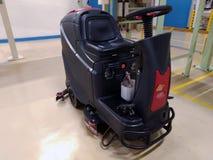 Yrkesmässig golvlokalvård, maskin som gör ren, fabriksgolvunderhåll arkivfoto