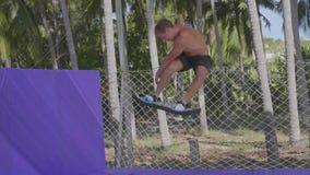 Yrkesmässig gymnastbanhoppning på trampolinen och göratrick i ultrarapid arkivfilmer