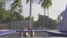 Yrkesmässig gymnastbanhoppning på trampolinen och göratrick i ultrarapid stock video