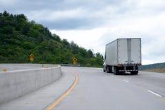 Yrkesmässig halv-lastbil med släpet som är roterande på mellanstatlig highw Arkivbild