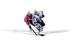 Yrkesmässig hockeyspelare som åker skridskor på is Isolerat i vit Arkivfoton