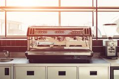 Yrkesmässig kaffemaskin i kök av restaurangen Moderna utrustning och apparater royaltyfri foto