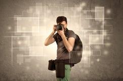Yrkesmässig kamera för manlig holdig med linsen Arkivfoton