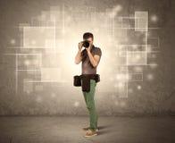 Yrkesmässig kamera för manlig holdig med linsen Arkivbilder