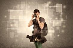 Yrkesmässig kamera för manlig holdig med linsen Royaltyfria Bilder