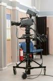 Yrkesmässig kamera på en tripod Royaltyfria Bilder
