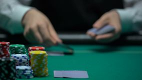 Yrkesmässig kasinocroupier som hasar och handlar kort, dobbleri, närbild lager videofilmer