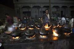 Yrkesmässig kock i en kommersiell utomhus- kökmatlagning Royaltyfri Fotografi