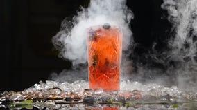 Yrkesmässig kock och molekylär kokkonst coctaildryck på svart bakgrund med vätskegasformigt grundämne Molekylär tabell stock video