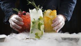 Yrkesmässig kock och molekylär kokkonst coctailuppsättning och söt dryck på svart bakgrund med vätskegasformigt grundämne lager videofilmer