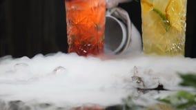 Yrkesmässig kock och molekylär kokkonst coctailuppsättning och söt dryck på svart bakgrund med vätskegasformigt grundämne stock video