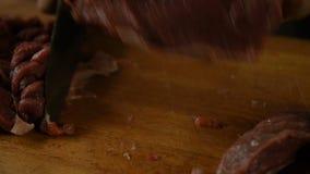 Yrkesmässig kock som klipper långa remsor av mörkt kött arkivfilmer