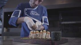 Yrkesmässig kock som lagar mat den smakliga kebaben som slås in i lavashpitabröd i modernt restaurangslut upp Turkisk kokkonst arkivfilmer