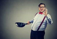 Yrkesmässig kock som poserar på grå färger royaltyfri foto