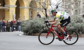 Yrkesmässig konkurrens som cyklar loppet av den milano sanremoen arkivbilder