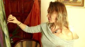 Yrkesmässig konstnär som arbetar i hennes seminariumstudio lager videofilmer