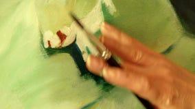 Yrkesmässig konstnär som arbetar i hennes seminariumstudio - närbildvideo arkivfilmer